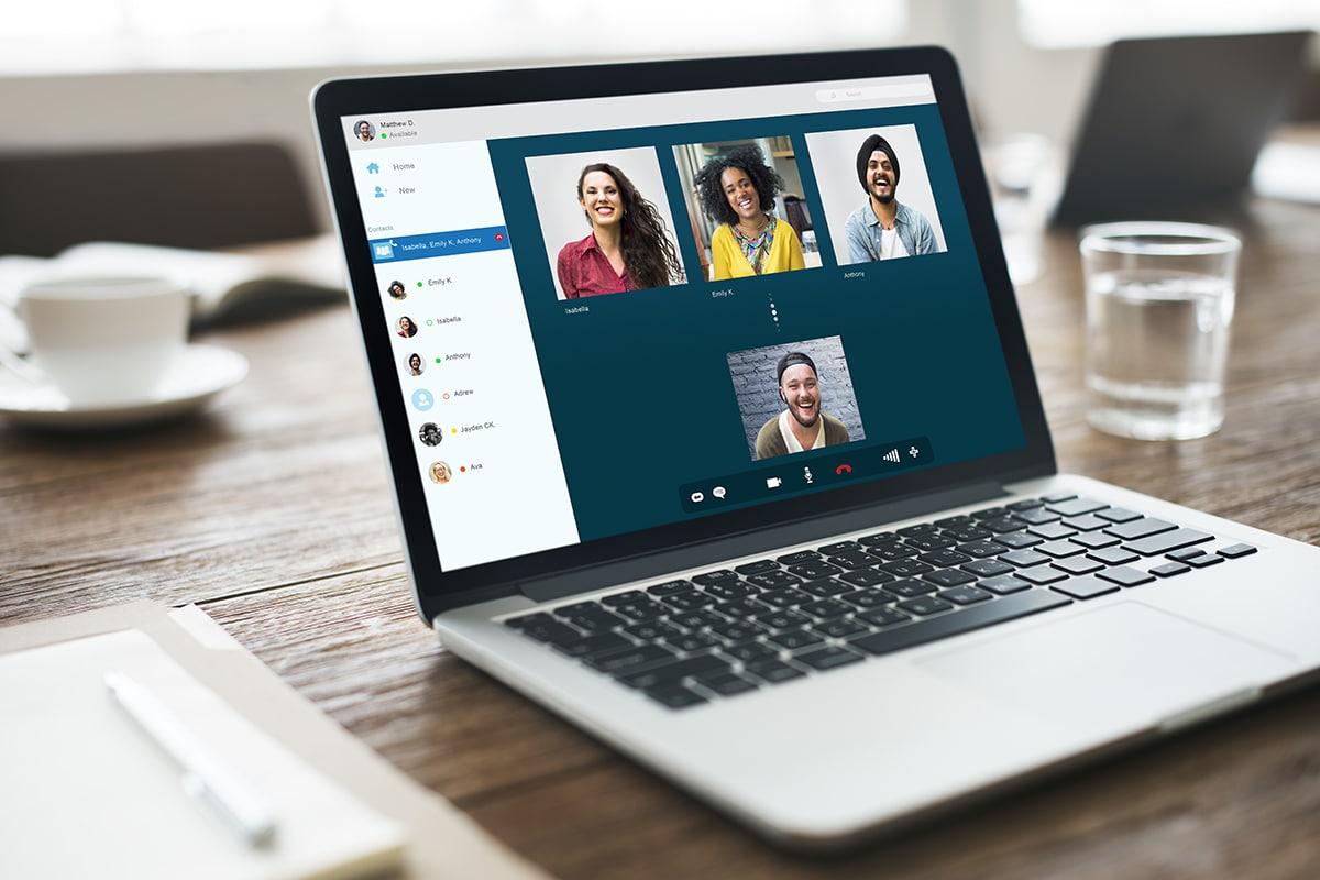 ビデオ会議をしているノートパソコン